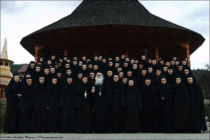 Parintele Iustin Parvu si maicile de la Manastirea Petru Voda