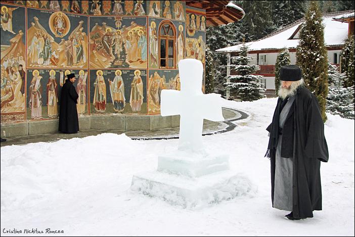 Cruce de gheata, la Manastirea Petru Voda