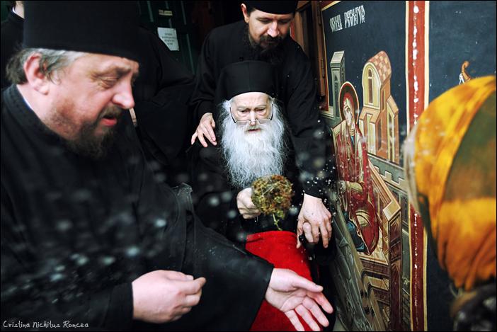 Parintele Justin Parvu binecuvanteaza oamenii veniti la Manastir