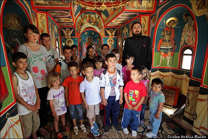 Parintele Valentin Stefan si copiii de la Centrul social PRO VITA, Slobozia, Giurgiu 21 - foto Cristina Nichitus Roncea